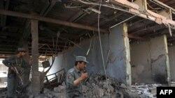 یک پلیس افغان در محل انفجار