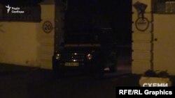 Згодом ворота знову відчинилися і впустили Mercedes на територію
