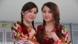 """Жыйынга келгендерди Кыргыз-Түрк """"Манас"""" университетинде окуган кыз-жигиттер өзбекче кийинип тосуп алышты."""