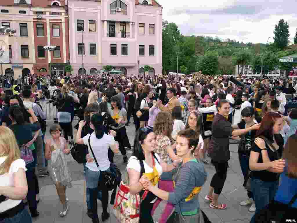 1510 parova u Tuzli je zaplesalo Bečki valcer i Tuzlaci su zajedno s ostalim građanima BiH oborili Guinnessov rekord u valceru. Foto: Maja Nikolić