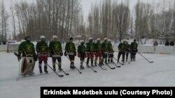 Хоккей боюнча мелдештин катышуучулары. Чаек айылы, 4-февраль, 2017-жыл.