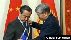 Президент Кыргызстана Алмазбек Атамбаев наградил министра иностранных дел Китая Ван И орденом «Данакер».