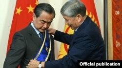 Кытай тышкы иштер министрине орден тапшыруу учуру. Бишкек, 22-май,
