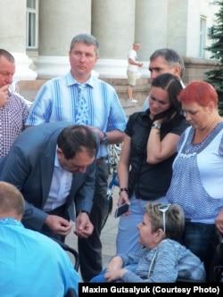 Міський голова Кропивницького Андрій Райкович спілкується з учасниками акції