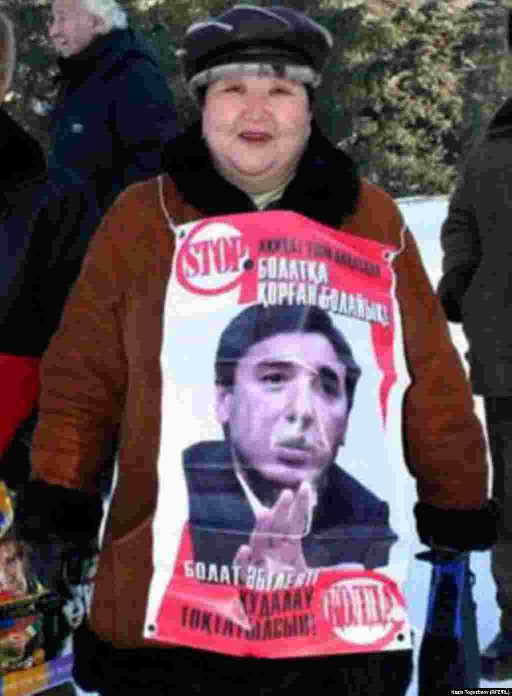 """Сотпен қуғындалып жатқан """"Нағыз Ақ жол"""" партиясының жетекшісі Болат Әбіловті қолдап, акцияға шыққан әйел. Алматы, 10 желтоқсан 2006 жыл."""