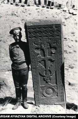 Военный позирует рядом с хачкаром, 1915 год.