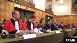 Kosowanyň garaşsyzlygy babatdaky Gagadaky tribunalda Fransiýanyň delegasiýasy, 9-njy dekabr, 2009-njy ýyl.