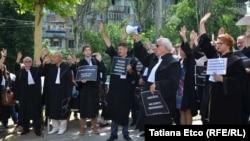 Mai mulți avocați, protestând în anul 2018