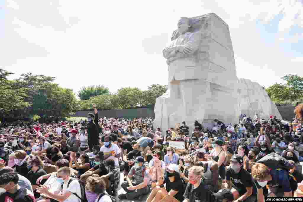 Члени руху проти насилля над чорношкірим населенням Black Lives Matter опустилися на одне коліно біля статуї Мартіна Лютера Кінга на сьомий день протестів у Вашингтоні. Вашингтон, 4 червня 2020 року