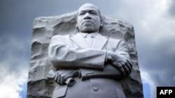 نصب تذكاري لمارتن لوثر كنغ في مكان القاء خطبته الشهيرة في واشنطن.