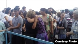 """Родственники подсудимых """"по делу о событиях на станции Шетпе"""" после суда. Актау, 21 мая 2012 года. Фото предоставлено блогером Диной Байдильдаевой."""
