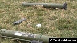 Pjesë të armatimit që thuhet se janë lënë nga ushtarët e Azerbajxhanit pas përleshjes me forcat e Nagorno-Karabakhut para disa ditësh