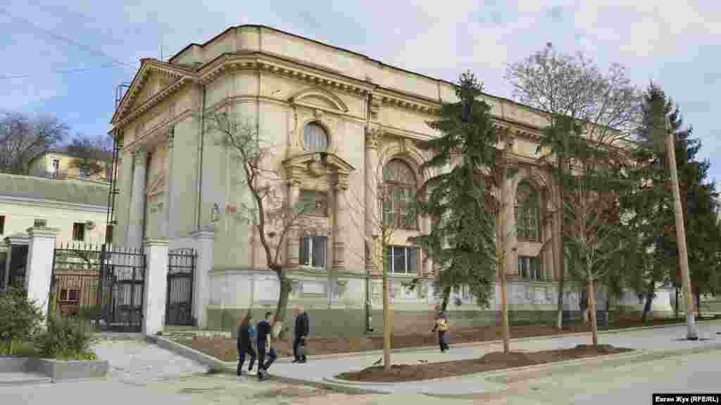 Біля будівлі колишньої караїмської кенаси замість спиляних лип і каштанів висадили нові дерева