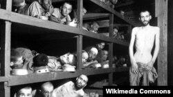 Elie Wiesel în lagărul de la Buchenwald (al șaptelea pe rîndul al doilea) fotografiat la 16 aprilie 1945