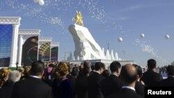 На открытии памятника президенту Туркменистана Гурбангулы Бердымухамедову. Ашгабат, 25 мая 2015 года.