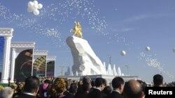 Түркіменстан президенті Гурбангулы Бердімұхаммедовке Ашғабатта орнатылған 21 метрлік ескерткіш. 22 мамыр 2015 жыл.