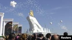 Позолоченная 21-метровая статуя президента Туркменистана в Ашгабате. 22 мая 2015 года.
