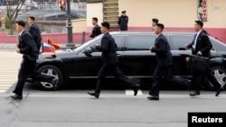 Ким Чен Ын түшкөн лимузинди анын жансакчылары коштоп баратышат. Орусия. Владивосток шаары. 24-апрель, 2019-жыл.