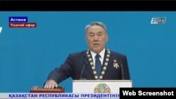 Президент Нұрсұлтан Назарбаев ант қабылдап тұр. 29 сәуір 2015. 24.kz арнасынан скриншот.