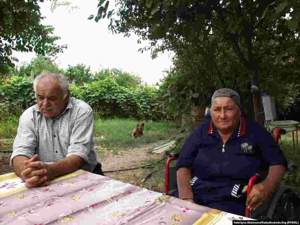 Подружжя Карапетян втратило одразу двох своїх синів. Після того, як мати синів дізналася, що вони потрапили в оточення в неї відняло ноги. Жінка вже майже 20 років прикована до інвалідного візка.