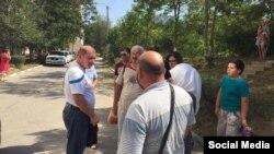 Cотрудник УФСБ увозит Ильми Умерова в психиатрический диспансер, 18 августа 2016 года
