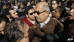 Мохаммед эль-Барадеи во время демонстрации в Каире