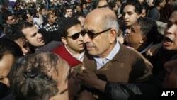 Мохаммед Ель-Барадей у центрі фотографії