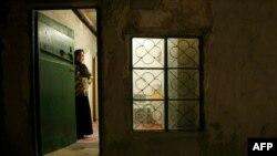 Иранның Лаза авылында бер иранлы ханым аш пешерү бүлмәсеннән карап тора
