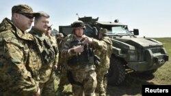 Ուկրաինայի նախագահ Պետրո Պորոշենկոն հետևում է բանակի զորավարժություններին, արխիվ