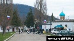 Проросійські активісти біля КПП Перевальненської бригади. 6 березня 2014 року