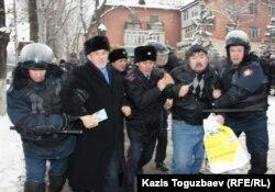 Алматыда полиция бир канча активистти кармап кетти, 17-декабрь, 2011.