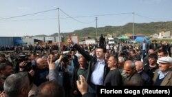 Kreu i PD-së, Lulzim Basha gjatë një proteste në Vora, në afërsi të Tiranës