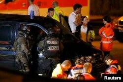 Поліція біля торговельного центру в Мюнхені, біля якого відбулася стрілянина. 23 липня 2016 року
