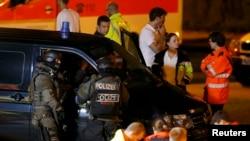 Қарулы шабуыл болған жерде тұрған адамдар. Мюнхен, 23 шілде 2016 жыл.