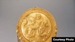 Во время царствования Петра I был издан первый «указ об охране памятников», согласно которому вещи, найденные в древних могилах, должны были быть зарисованы и перевезены в казну