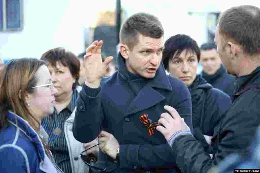 Сугышка каршы пикетка чыгучылар белән бәхәсләшергә Кремль тарафдарлары да килде.