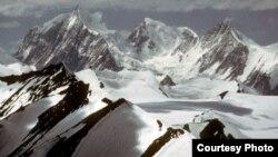 Ледник Сиачен находится на северо-востоке Пакистане в регионе Кашмир - спорной территории между Индией и Пакистаном.