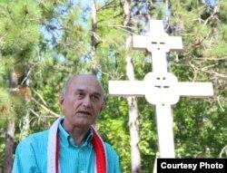 Каля Беларускага Памятнага Крыжа у Мідландзе выступае Зянон Пазьняк