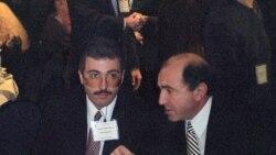 Ресейлік бизнесмендер Михаил Ходорковский (қазір түрмеде отыр) мен Борис Березовский (оң жақта) Гарвард университетіндегі симпозиумда. Ұлыбритания, 1998 жыл.