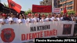 Під час демонстрації у Приштині, 20 травня 2015 року. На гаслах написи про вбитих бойовиків: «Слава визволителям!», «Наші хлопці – визволителі!»