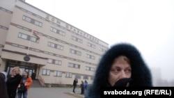 Любоў Кавалёва ля будынку Дома правасудзьдзя, дзе праходзіў працэс Кавалёва-Канавалава