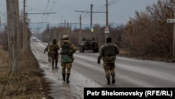 Украинские военные выходят из Дебальцева