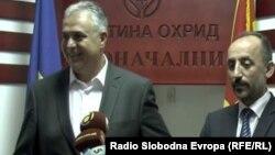 Градоначалникот на Охрид Александар Петрески и министерот за локална самоуправа Невзат Бејта.