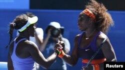 Serena Williams dhe Sloane Stephens përshëndeten në fund të takimit të tyre në Melburn të Australisë