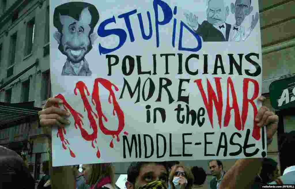 یکی از تظاهرکنندگان حاضر در نزدیکی مقر سازمان ملل در نیویورک با پوستری در دست که شعار «سیاستمداران احمق، نه به جنگی دیگر در خاورمیانه» بر آن نوشته شده است- ۴ مهرماه ۱۳۹۱