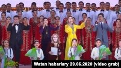 Türkmenistanyň medeniýet işgäleri we çagalar dabaraly konsertde çykyş edýärler. 29-njy iýun, 2020.