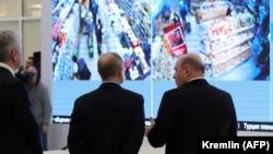 Rus prezidenti Wladimir Putin, premýer-ministr Mihaýil Mişustin we Moskwanyň häkimi Sergeý Sobýanin Moskwadaky koronawirus maglumat merkezinde. 17-nji mart, 2020 ý.