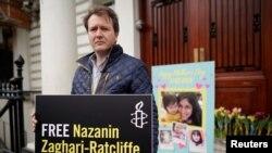 ریچارد رتکلیف، همسر نازنین زاغری گفته است در همراهی با همسر زندانیاش در زندان اوین در برابر سفارت جمهوری اسلامی در لندن دست به اعتصاب غذا میزند