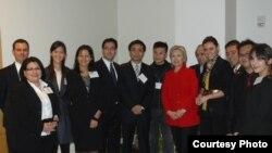Hillary Clinton alături de Natalia Morari la întîlnirea cu invitații tineri din cadrul Programului Libertate pe Internet