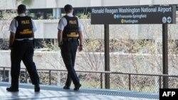 Сотрудники транспортной полиции Вашингтона несут службу на одной из станций метро